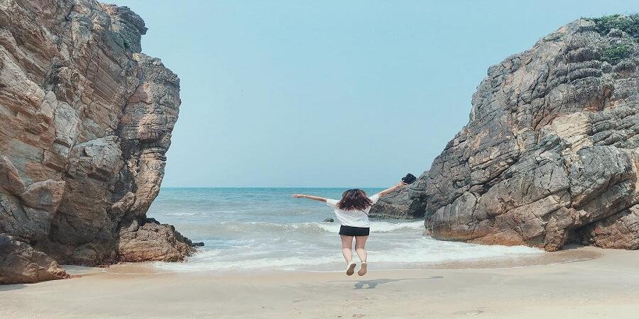 Điểm thứ 2 để trả lời câu hỏi Du lịch Quảng Bình có gì hay đó là biển Đá Nhảy. Một bãi biển trong xanh , với những cột đá nhô lên từ biển tuyệt đẹp