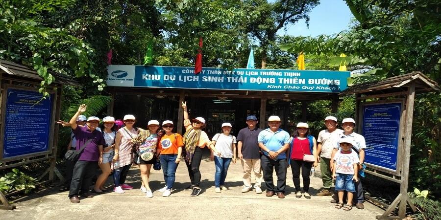 Kỷ niệm trước cửa động Thiên Đường của du khách đi tour du lịch Quảng Bình từ Sài Gòn