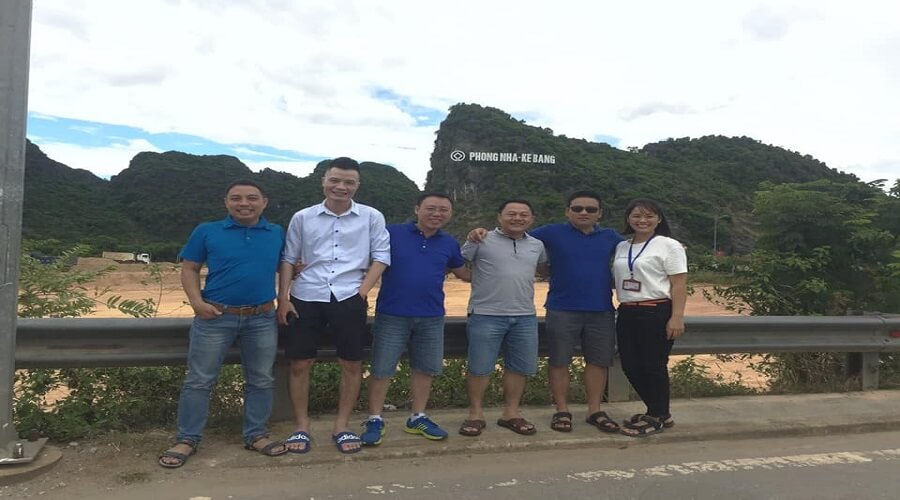 Du khách thăm quan động Phong Nha