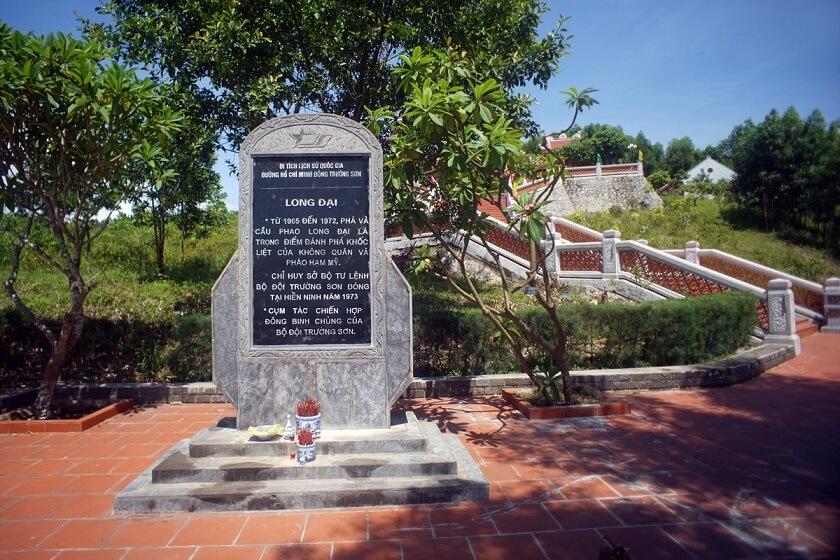 Bia tưởng niệm liệt sĩ bến phà Long Đại