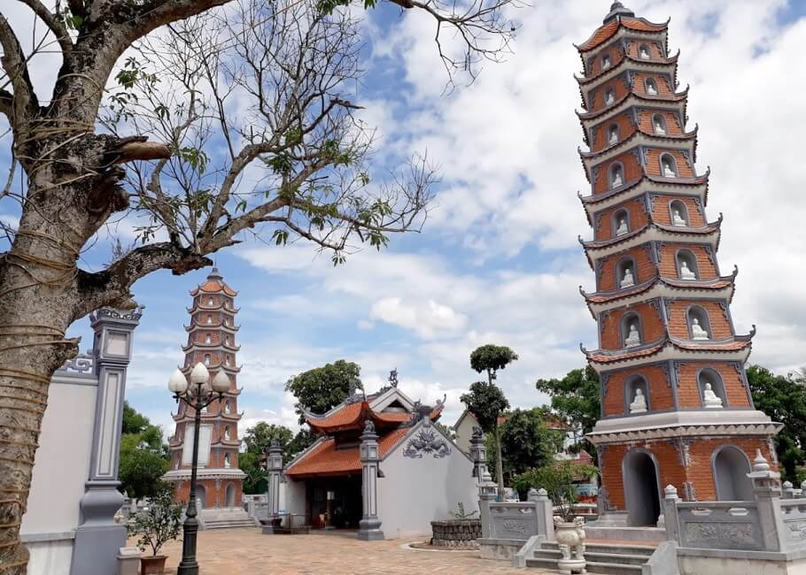 Hai tòa tháp Phật 9 tầng tại chùa Hoằng Phúc