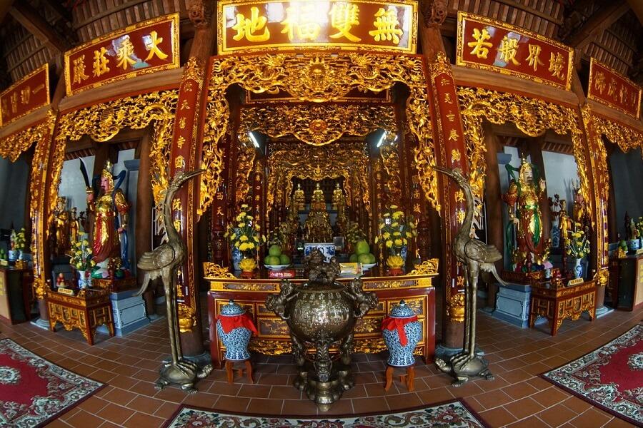 Không gian bên trong chùa Hoằng Phúc