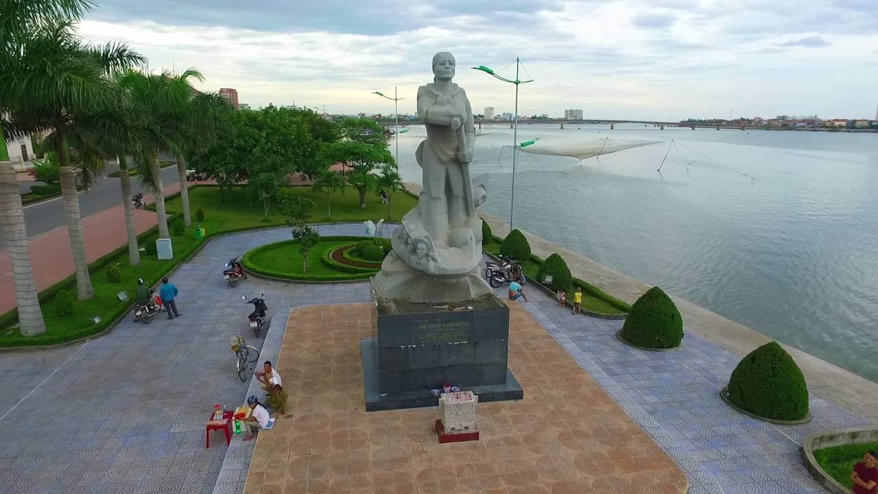 Tượng đài mẹ Suốt bên sông Nhật Lệ