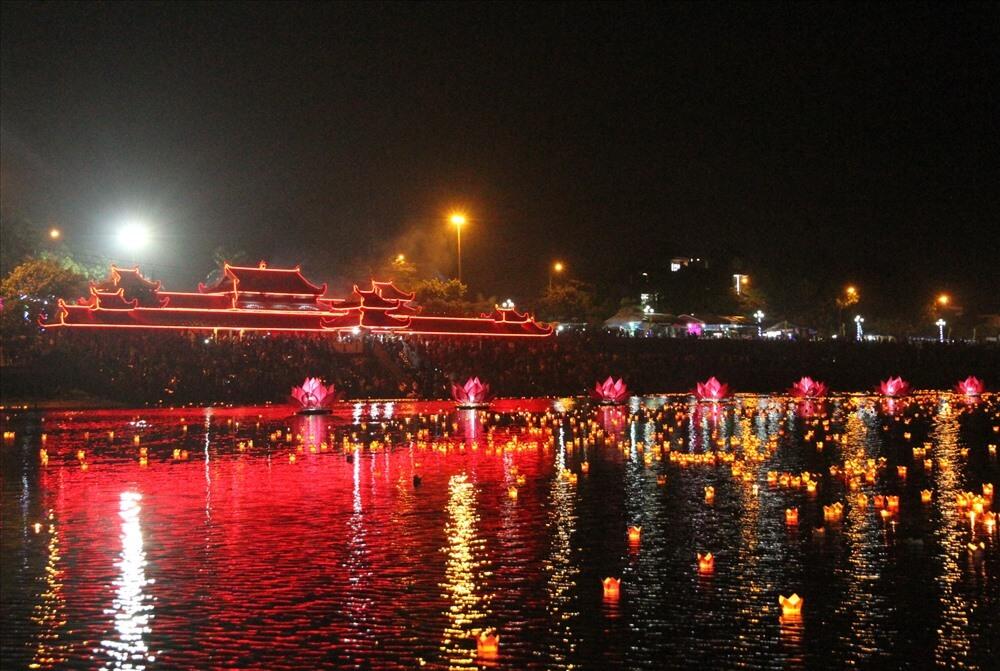 Thả đèn hoa đăng sông Thạch Hãn